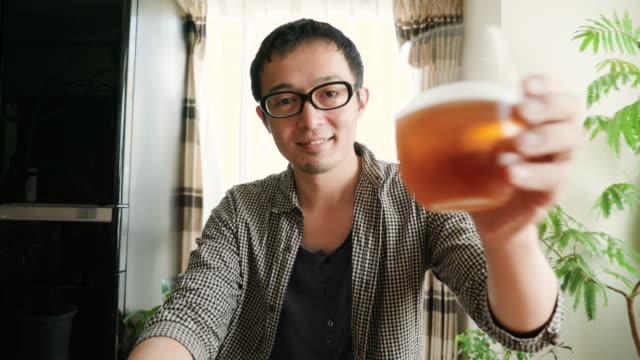 30 代の男性と乾杯 - ビール点の映像素材/bロール