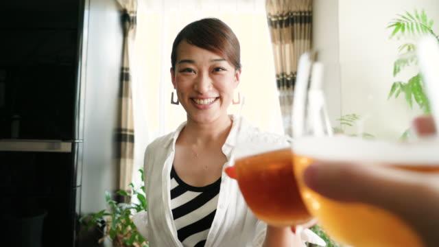 30 代の女性と乾杯 - ビール点の映像素材/bロール