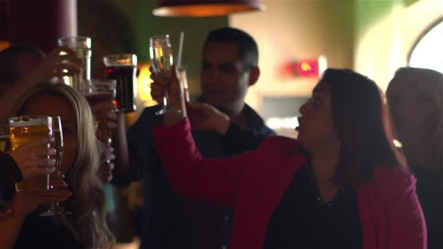 vídeos de stock, filmes e b-roll de brindando a jovens adultos colega festa bar - festas no escritório