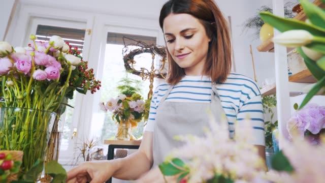 idag kommer jag att skapa en ny blomsterarrangemang. - blomstermarknad bildbanksvideor och videomaterial från bakom kulisserna