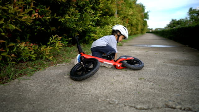 Toddler falls off balance bike. video