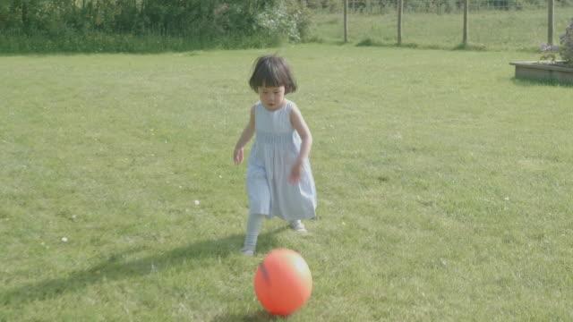 夏の田舎のホームガーデンで遊ぶ幼児の女の子 - child点の映像素材/bロール