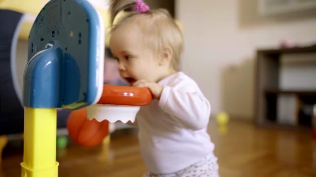 stockvideo's en b-roll-footage met kleuter meisje - background baby