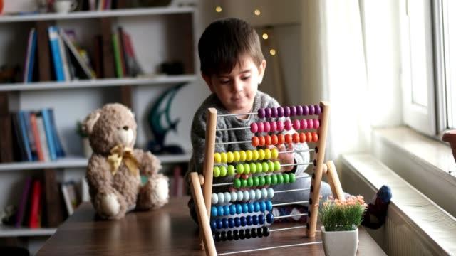 småbarn som leker med abacus - abakus bildbanksvideor och videomaterial från bakom kulisserna