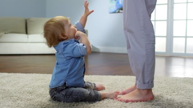 småbarn upprörd på brist på svar - byxor bildbanksvideor och videomaterial från bakom kulisserna