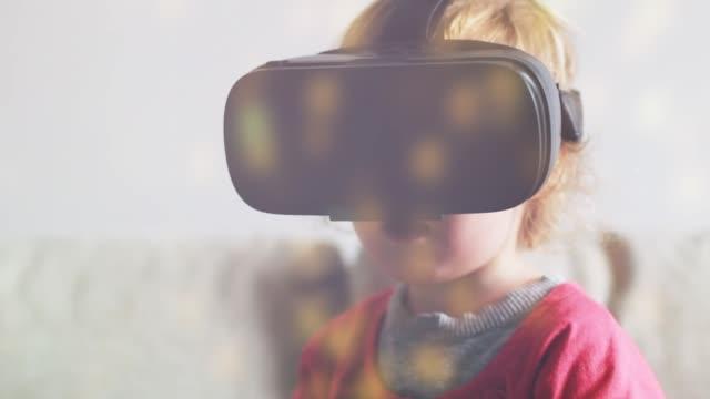 toddler using vr - rzeczywistość witrualna filmów i materiałów b-roll