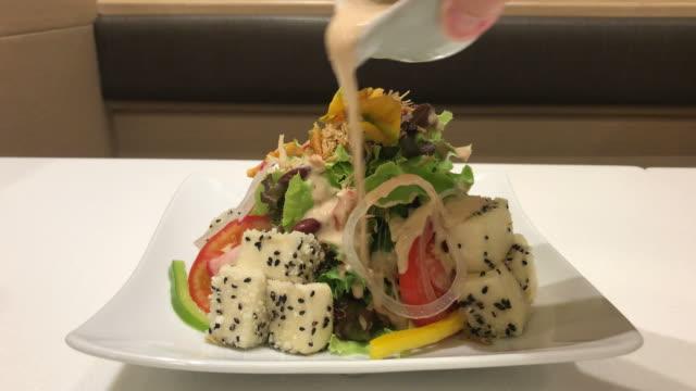 vídeos y material grabado en eventos de stock de ensalada de tofu al estilo japonés - vegana