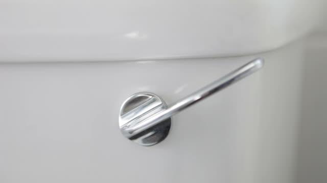 gabinetto lavaggio impugnatura - leva video stock e b–roll