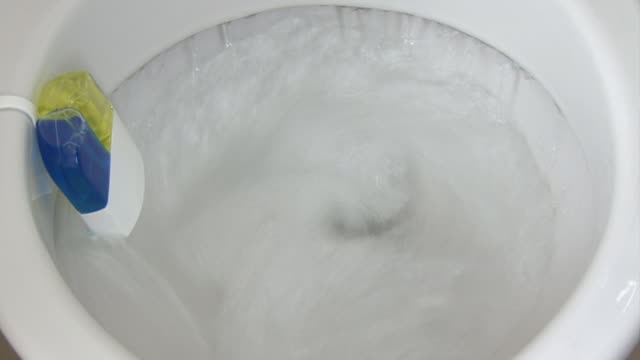 vídeos de stock, filmes e b-roll de sanitário flushing - clipe