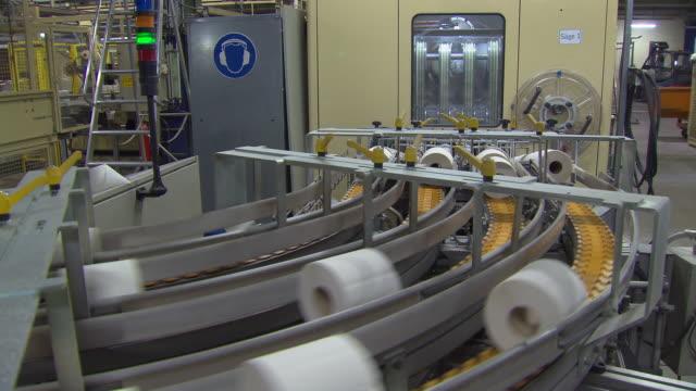 toilet paper production - attrezzatura industriale video stock e b–roll