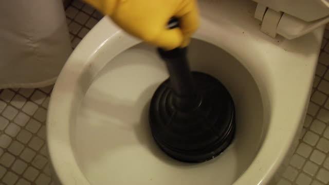 vídeos y material grabado en eventos de stock de sanitario émbolo en el trabajo - fontanero
