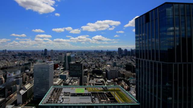 skyline von tokio airial zeit runden video - dachgarten videos stock-videos und b-roll-filmmaterial