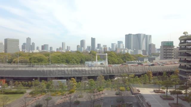 東京市と浜離宮の庭園の眺めを移動列車から。 - 緑 ビル点の映像素材/bロール