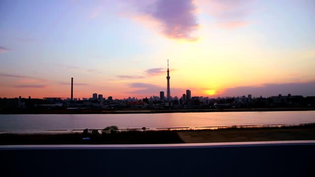 stadtansicht von tokio und den tokyo skytree. - seitenansicht stock-videos und b-roll-filmmaterial