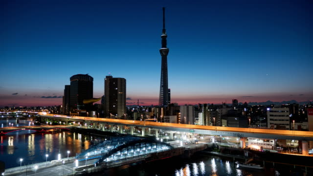 東京スカイツリーランドマーク東京のタイムラプス日の出朝、日本 - 夜明け点の映像素材/bロール