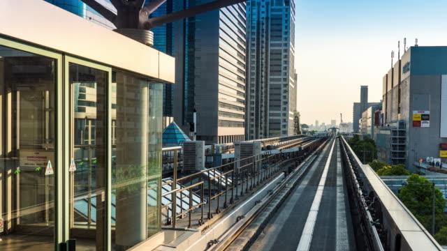 tokyos skyline flyttar från automatiska tåg, yurikamome linje - odaiba kaihin koen bildbanksvideor och videomaterial från bakom kulisserna