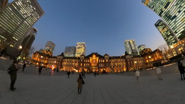 夕暮れ時の東京駅 - 街灯点の映像素材/bロール
