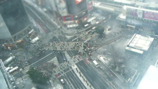 東京のタイムラプス-雪の渋谷スクランブル交差点 - 雪点の映像素材/bロール