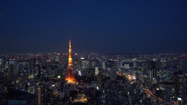 夜の東京タワーと東京のスカイラインの街並み、関東、東京、 - 東京タワー点の映像素材/bロール