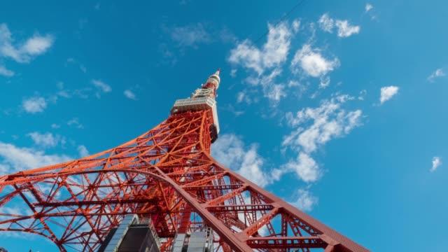 東京タワー移動、日本の象徴的なランドマーク、4 k 品質タイムラプス青空雲 - 東京タワー点の映像素材/bロール