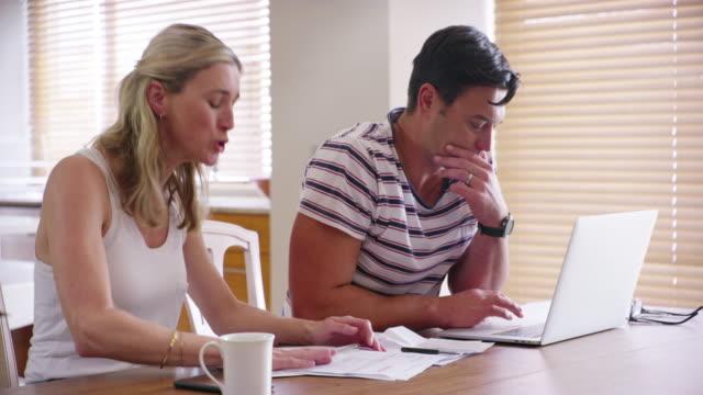 ich habe ihnen gesagt, dass wir unsere finanzen besser verwalten müssen! - streiten stock-videos und b-roll-filmmaterial