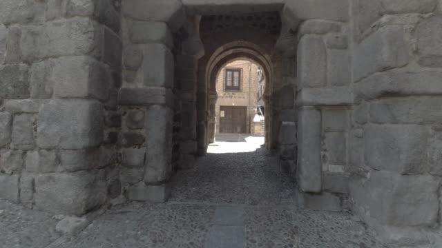 entrada de arco histórico de España de Toledo en la tarde - vídeo