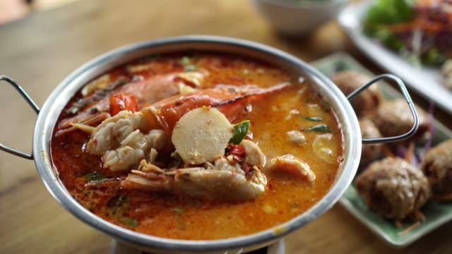 vídeos y material grabado en eventos de stock de tom yum kung, goong con sopa de leche de coco. plato tradicional tailandesa local - pescado y mariscos