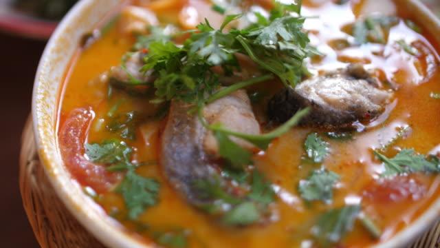vidéos et rushes de tom yum soupe, et tom yum kung, thai nourriture épicée avec 4k - coquillage