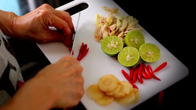 トムヤムスープクッキング:タイ料理 ビデオ