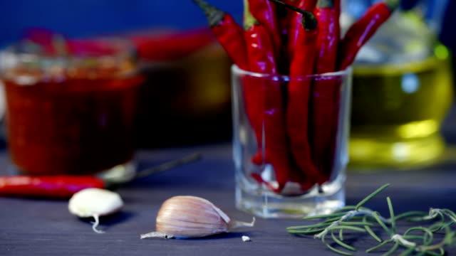 토마토와 칠리 살사 - 식초 스톡 비디오 및 b-롤 화면