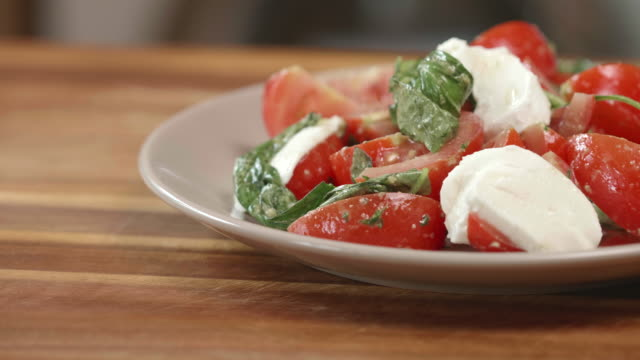 tomato basil salad with sliced mozzarella cheese - sałatka filmów i materiałów b-roll
