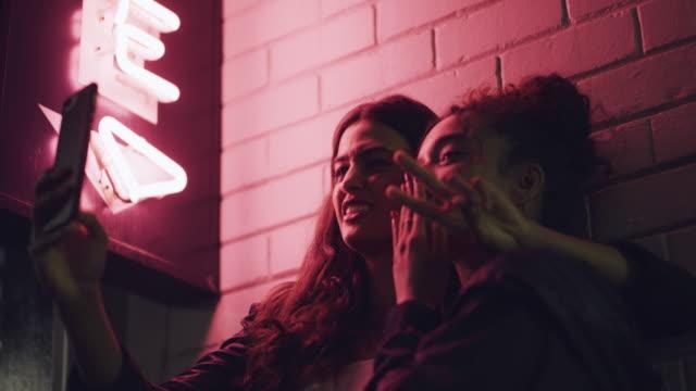 vídeos de stock e filmes b-roll de tonight, we take on the city - amizade feminina