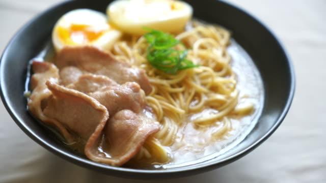豚肉と玉子のとんこつラーメン - 高級料理点の映像素材/bロール