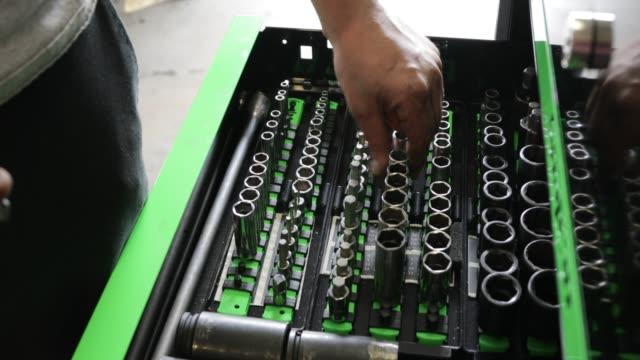 vídeos y material grabado en eventos de stock de pecho de herramienta en un garaje de reparación de auto - llave tubular