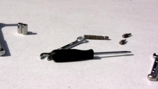 tools schräge auf tisch - steckschlüssel stock-videos und b-roll-filmmaterial