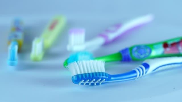 vídeos de stock e filmes b-roll de toothbrush - escovar