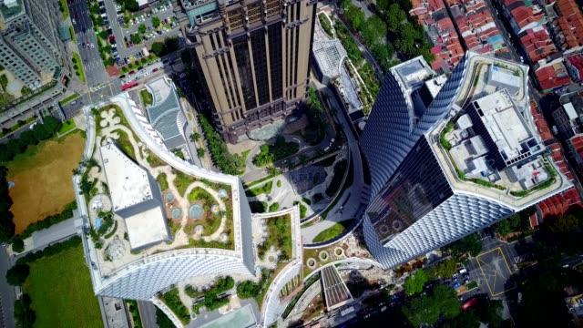 stockvideo's en b-roll-footage met top luchtfoto gedreun van weergave duo toren en residenties, een twin-toren geïntegreerde gemengd gebruik ontwikkeling - eco