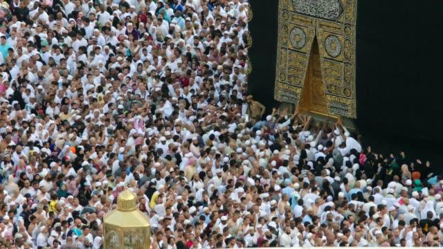 top vinkel skott för människor runt kaba - pilgrimsfärd bildbanksvideor och videomaterial från bakom kulisserna