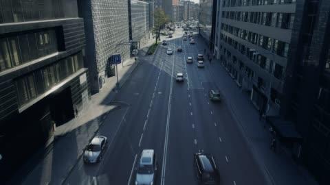 vídeos y material grabado en eventos de stock de arriba abajo tiro de seguimiento abejón aéreo de coches que se mueven en autopista a través de tráfico de la ciudad durante el día. - conducir