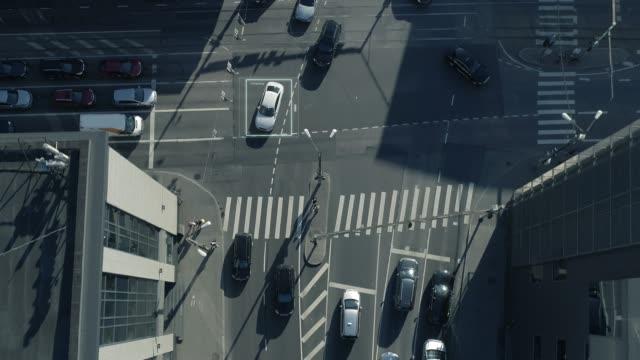 Top-Down-Luftbild Drohne Kamerafahrt: Weiße autonomen selbst fahren Autos durch die Stadt bewegen. Konzept: künstliche Intelligenz scannt Umgebung, Erkennung von Autos, vermeidet Staus. – Video