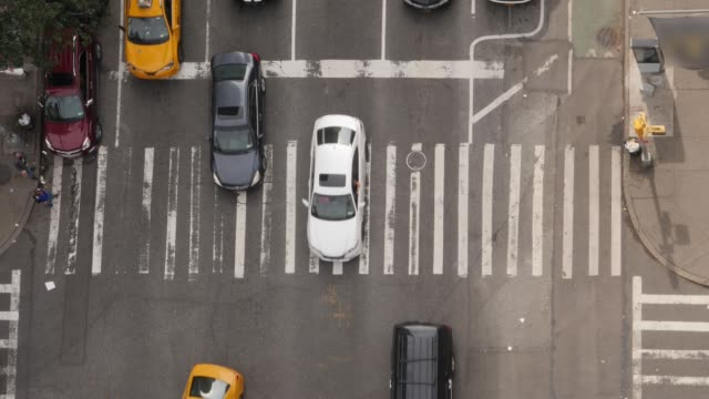 top down aerial view of manhattan intersection - манхэттен стоковые видео и кадры b-roll
