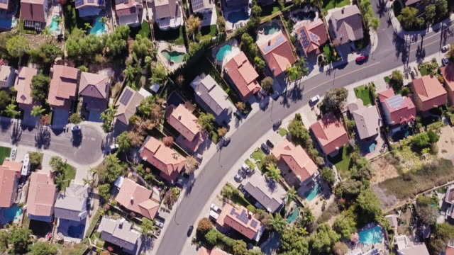 vídeos de stock e filmes b-roll de top down drone shot of california suburbs - suburbano