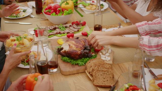 トップ ダウン ショットを移動: 大きな家族の庭パーティーお祝い、食べている人は飲んで、料理を渡します。日当たりの良い夏の日の休日の楽しみ。スローモーション。 ビデオ
