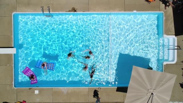 vídeos y material grabado en eventos de stock de arriba hacia abajo de levantamiento vistas piscina patio - backyard pool