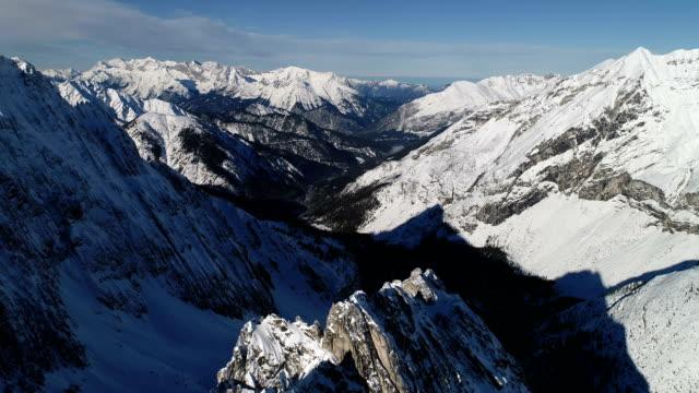 vidéos et rushes de sommet des alpes - vue aérienne - paysage extrême
