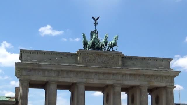 vídeos de stock e filmes b-roll de top of the brandenburg gate - berlin wall