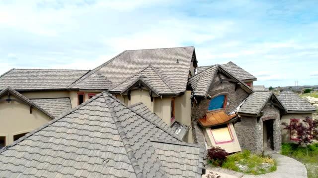 vídeos de stock e filmes b-roll de top portion of a home falls onto itself with the shifting land - telhado