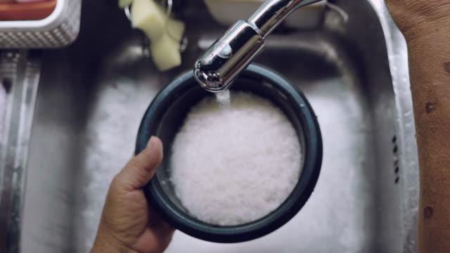 draufsicht: asiatin waschen und vorbereiten von gemüse - reis grundnahrungsmittel stock-videos und b-roll-filmmaterial