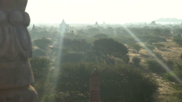 üstten görünüm bagan pagoda adlı mandalay myanmar - stupa stok videoları ve detay görüntü çekimi