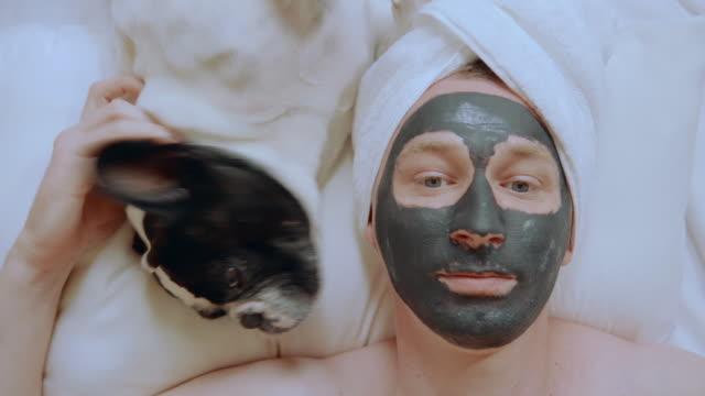 vidéos et rushes de top vue mec caucasien avec l'animal de compagnie dans le spa - peignoir